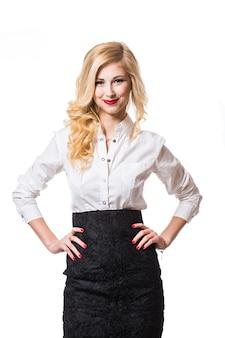 Glimlachende bedrijfsvrouw met gekruiste wapens. portret geïsoleerd op een witte achtergrond.