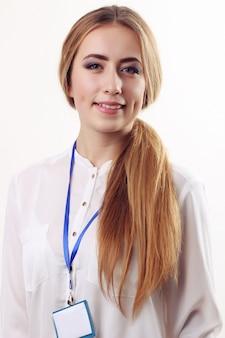 Glimlachende bedrijfsvrouw tegen witte muur. een brede glimlach