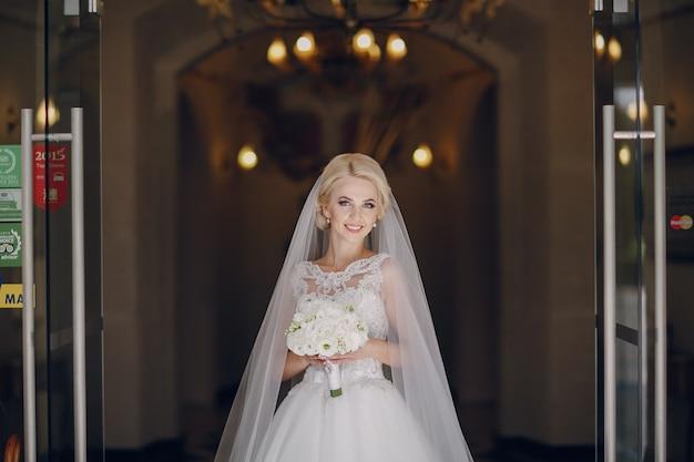 Glimlachende bruid met boeket