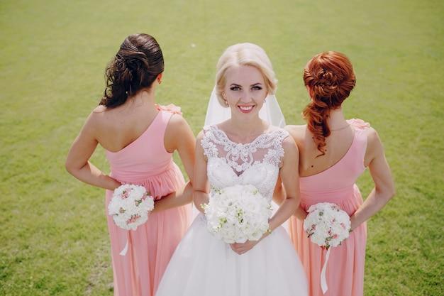 Glimlachende bruid met bridemaids terug