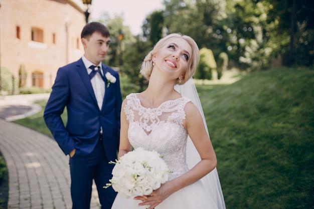 Glimlachende bruid met een boeket