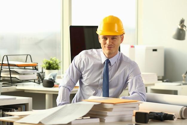 Glimlachende civiel-ingenieur working on house sketch