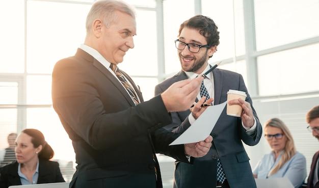 Glimlachende collega's praten tijdens een werkpauze