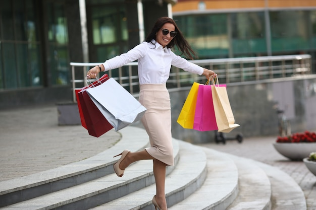 Glimlachende dame blij met aankopen