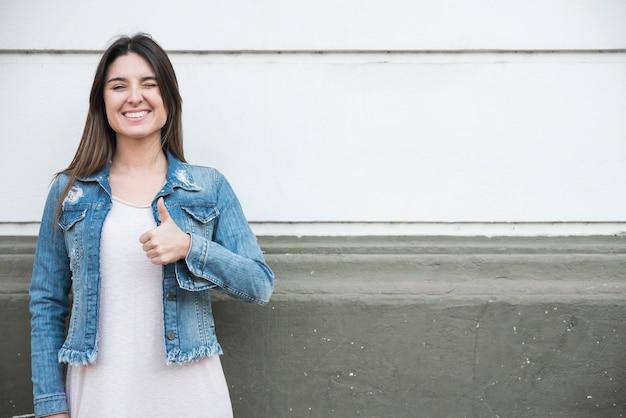 Glimlachende dame die duim toont