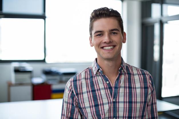 Glimlachende directeur die zich in bureau bevindt