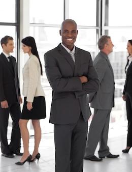 Glimlachende etnische bedrijfsleider