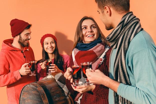 Glimlachende europese mannen en vrouwen tijdens feest