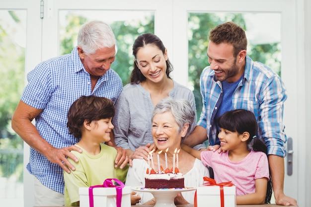 Glimlachende familie met grootouders die een verjaardagspartij vieren