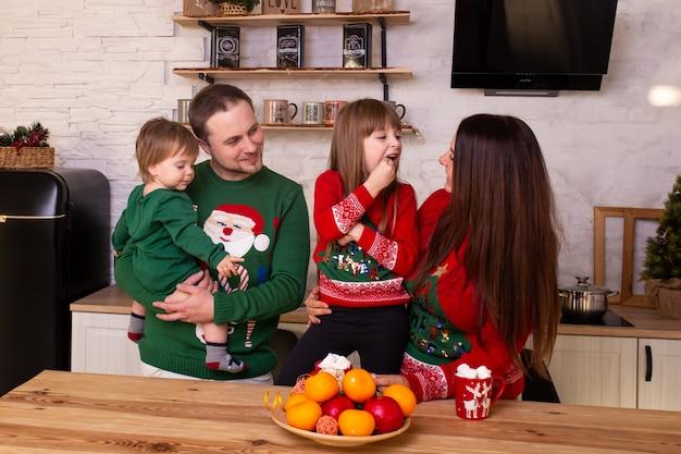 Glimlachende familie vermaakt zich in de keuken