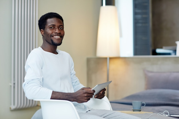 Glimlachende freelancer die van huis werkt