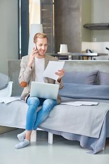 Glimlachende freelancer gericht op het werk