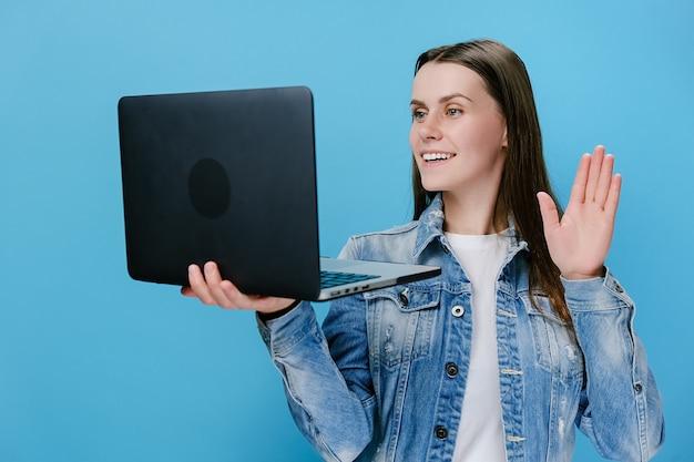 Glimlachende hipster jonge vrouw praten zwaaiende hand talking