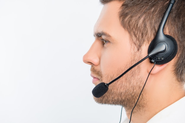 Glimlachende jonge agent van call centre