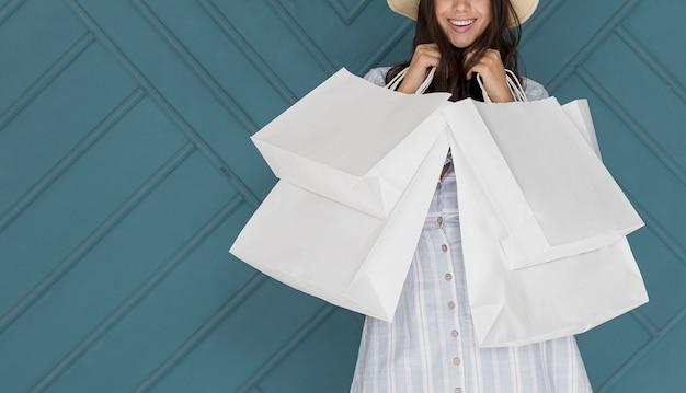 Glimlachende jonge dame met witte netten in beide handen