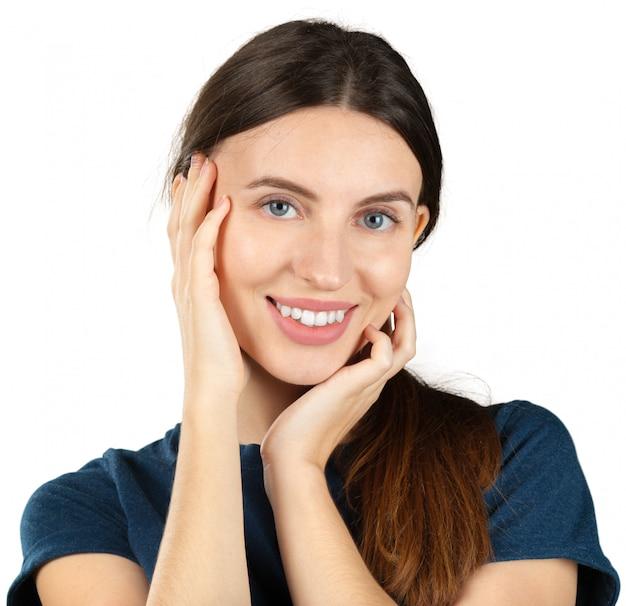Glimlachende jonge die vrouw op wit wordt geïsoleerd
