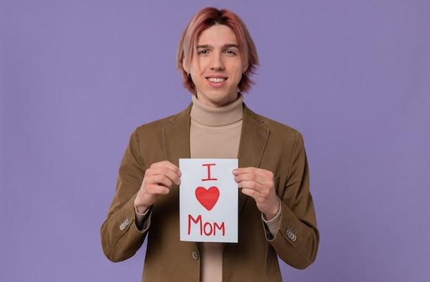 Glimlachende jonge knappe man met brief voor zijn moeder. gelukkige moederdag