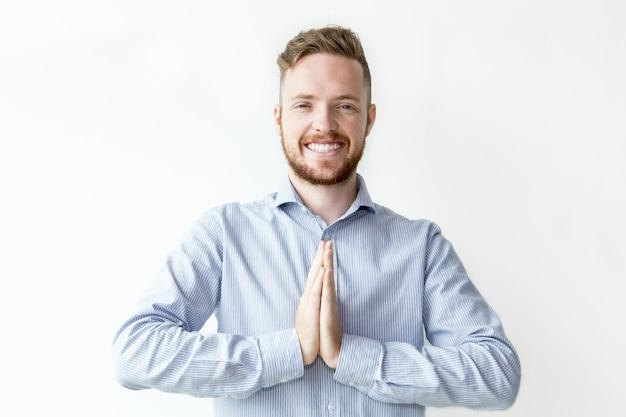Glimlachende jonge man handen handen samen