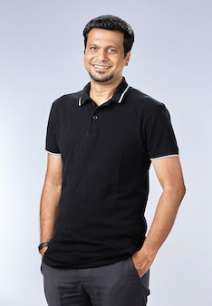 Glimlachende jonge man met zwarte t-shirt
