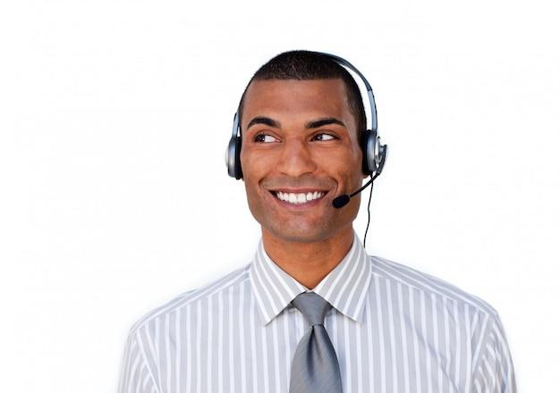 Glimlachende jonge medewerker van de klantenservice met hoofdtelefoon op
