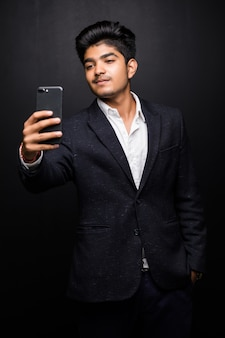 Glimlachende jonge mens die selfie foto op smartphone nemen