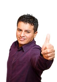 Glimlachende jonge mens met omhoog duimen