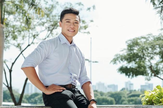 Glimlachende jonge ondernemer