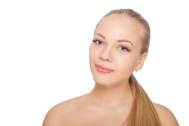Glimlachende jonge skandinavische vrouw na de procedure van de wimperuitbreiding. vrouw ogen met lange wimpers. wimpers. geïsoleerd.
