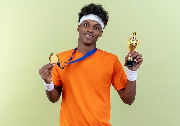 Glimlachende jonge sportieve man met hoofdband