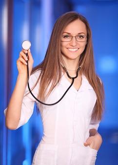 Glimlachende jonge verpleegster in het ziekenhuisgang