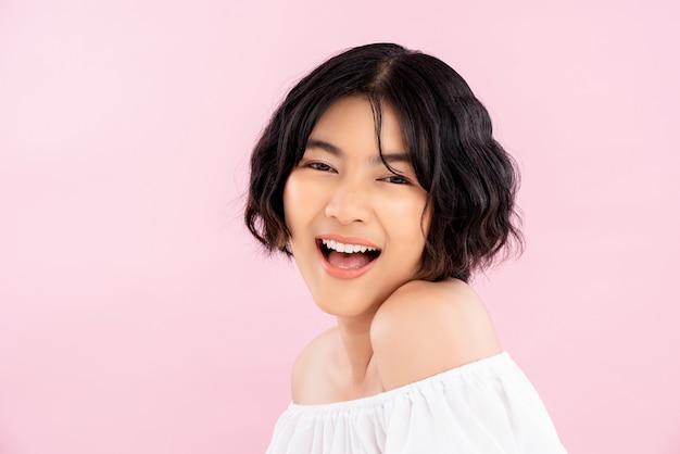Glimlachende jonge vrij aziatische vrouw met koreaans kort kapsel