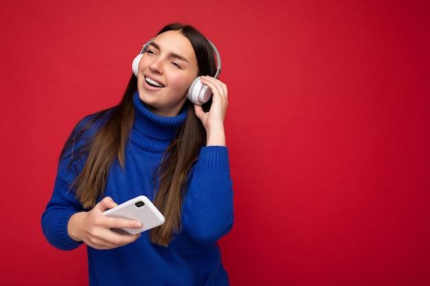 Glimlachende jonge vrij leuke vrouw met oprechte geïsoleerde emoties