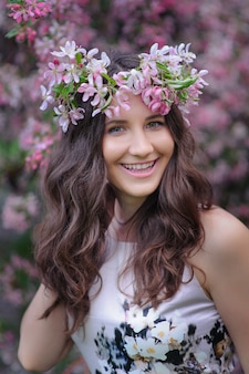 Glimlachende jonge vrouw met een kroon op haar hoofd