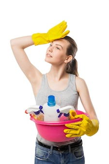 Glimlachende jonge vrouw met kom reinigingsmiddelen, close-up, huisvrouw, geïsoleerd op wit