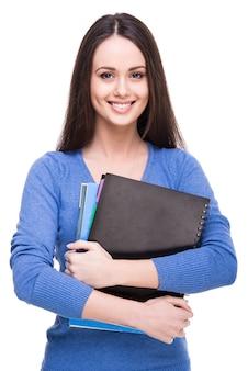 Glimlachende jonge vrouwelijke geïsoleerde student