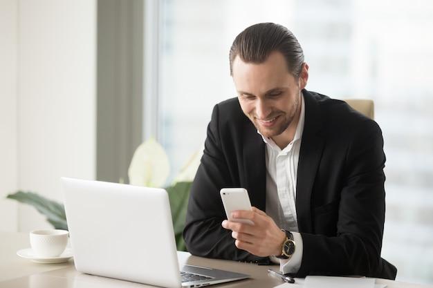 Glimlachende jonge zakenman