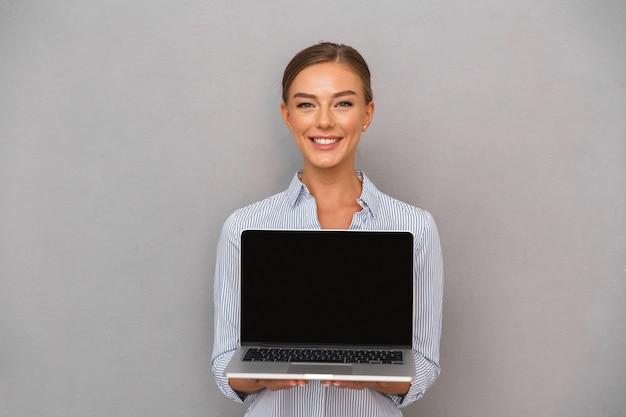 Glimlachende jonge zakenvrouw