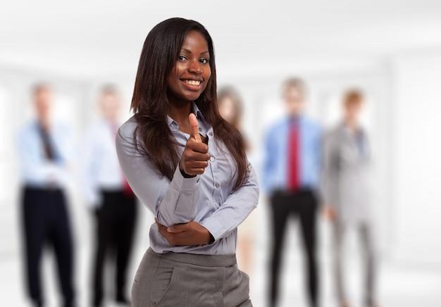 Glimlachende jonge zwarte zakenvrouw