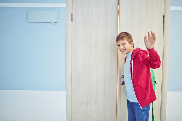 Glimlachende jongen afscheid