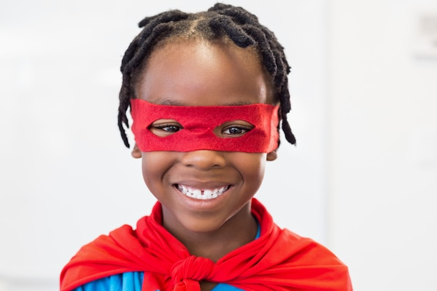 Glimlachende jongen die een superheld beweert te zijn