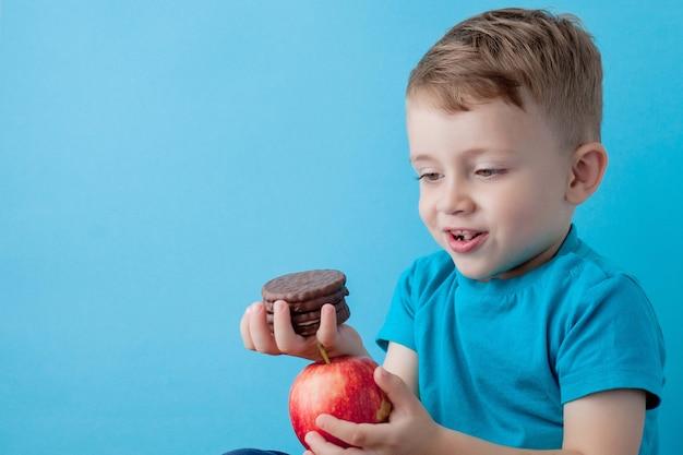 Glimlachende jongen die junk food kiest