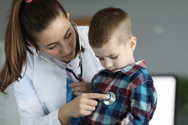 Glimlachende kinderarts in kliniek