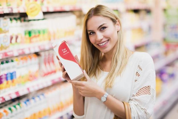 Glimlachende klant met een fles vruchtensap