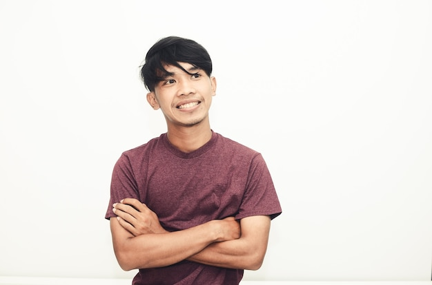 Glimlachende knappe aziatische man in casual t-shirt