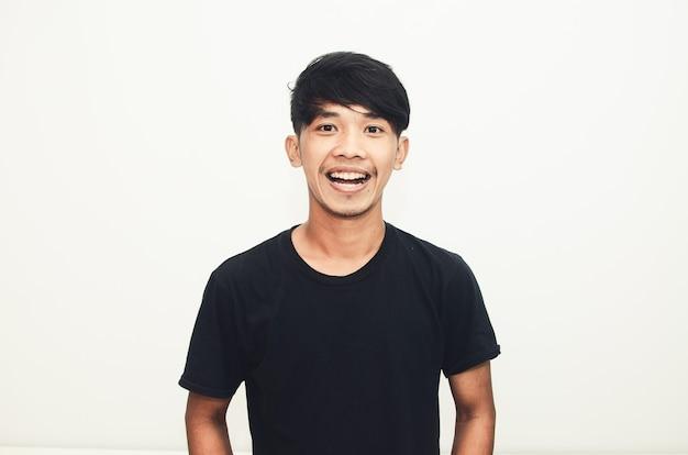Glimlachende knappe aziatische man in casual zwart t-shirt