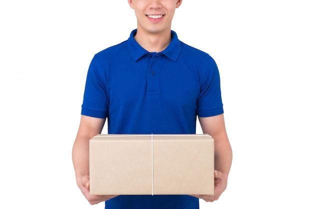 Glimlachende koeriersdienst levering man in blauwe uniform geven pakket doos