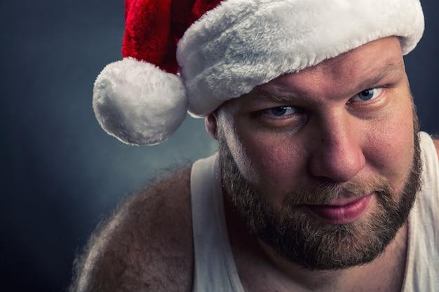 Glimlachende man in kerstman hoed