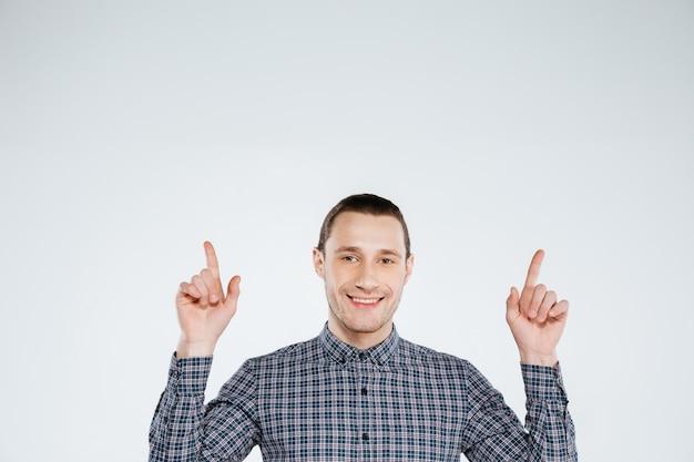 Glimlachende man in overhemd omhoog