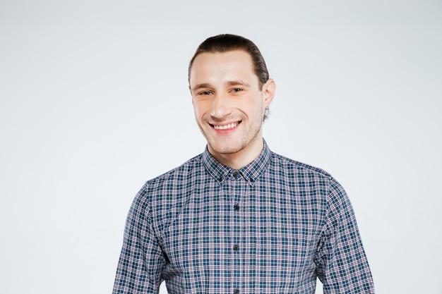 Glimlachende man in shirt