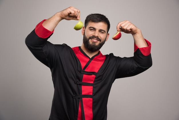 Glimlachende man met een plakje verse appel.